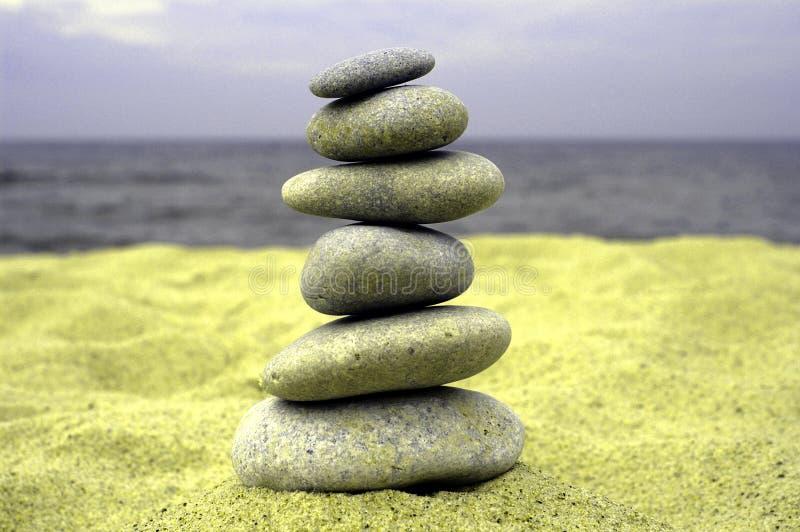 De stapel van de kiezelsteen op de kust royalty-vrije stock afbeelding