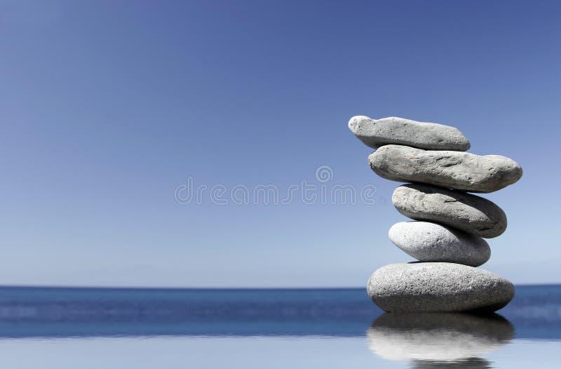 De Stapel van de kiezelsteen in Water stock foto