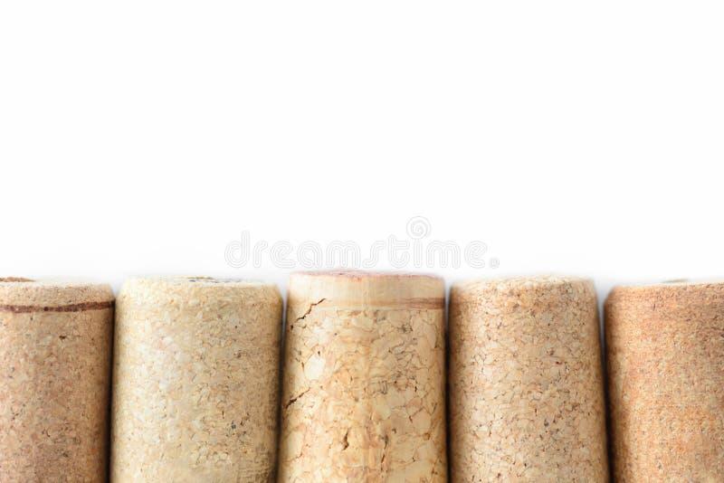 De stapel van geassorteerde gebruikte wijn kurkt geïsoleerd op witte achtergrond Sluit omhoog mening stock foto's
