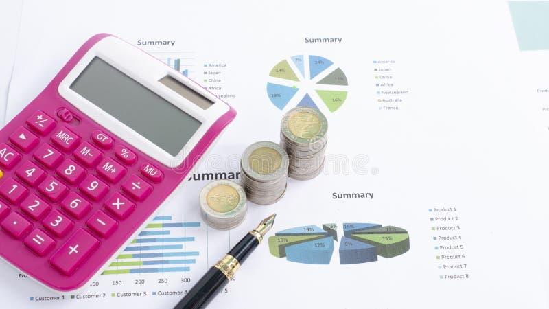 De stapel van het geldmuntstuk met pen en de roze calculator op documentgrafiek voor zaken financieren concept stock afbeeldingen