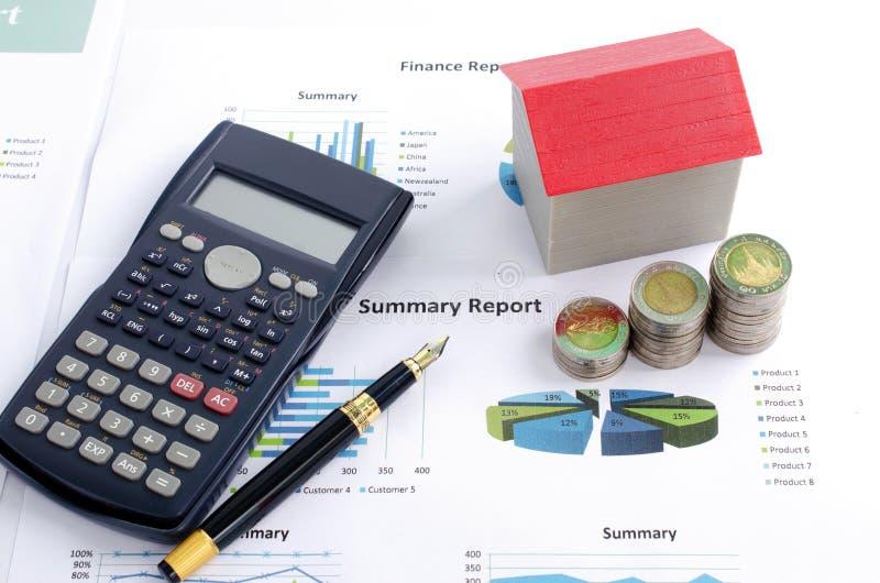 De stapel van het geldmuntstuk met rode huis en calculator en de pen op zaken rapporteren royalty-vrije stock afbeeldingen