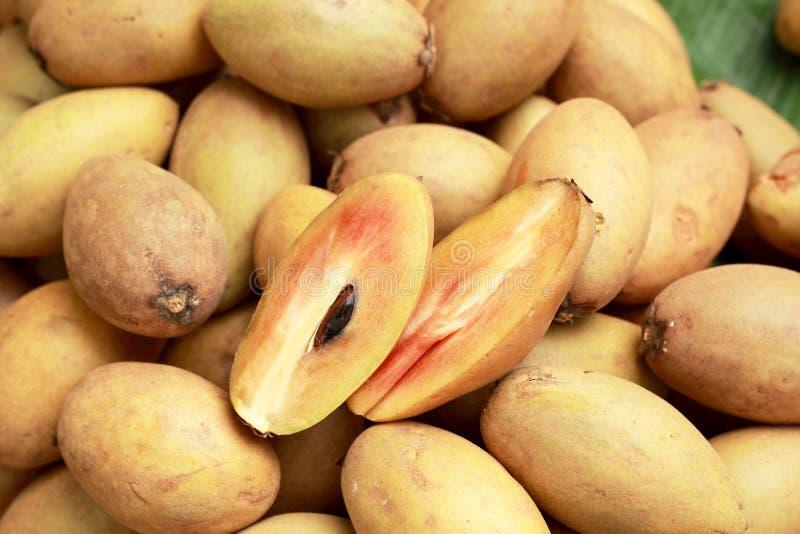 Download De Stapel Van Het Sapodillafruit Op De Achtergrond Stock Afbeelding - Afbeelding bestaande uit fruit, mooi: 39102441