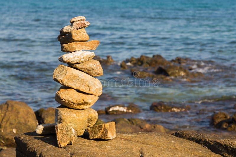 De stapel van het stenensaldo op strand stock afbeelding