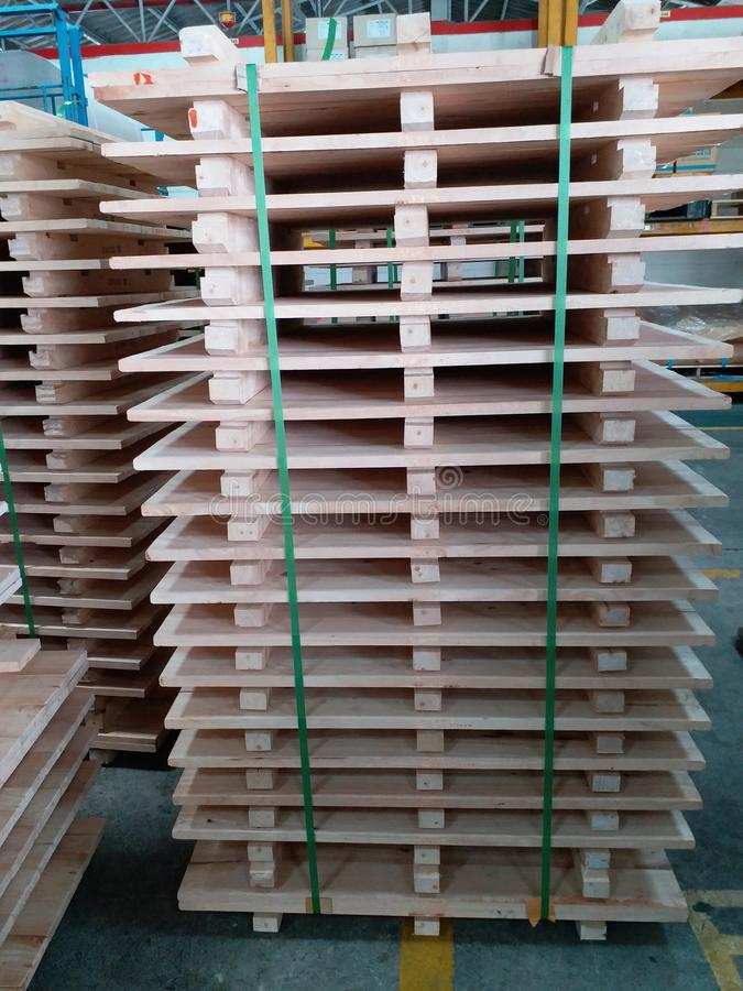 De stapel van houten pallet stock afbeelding