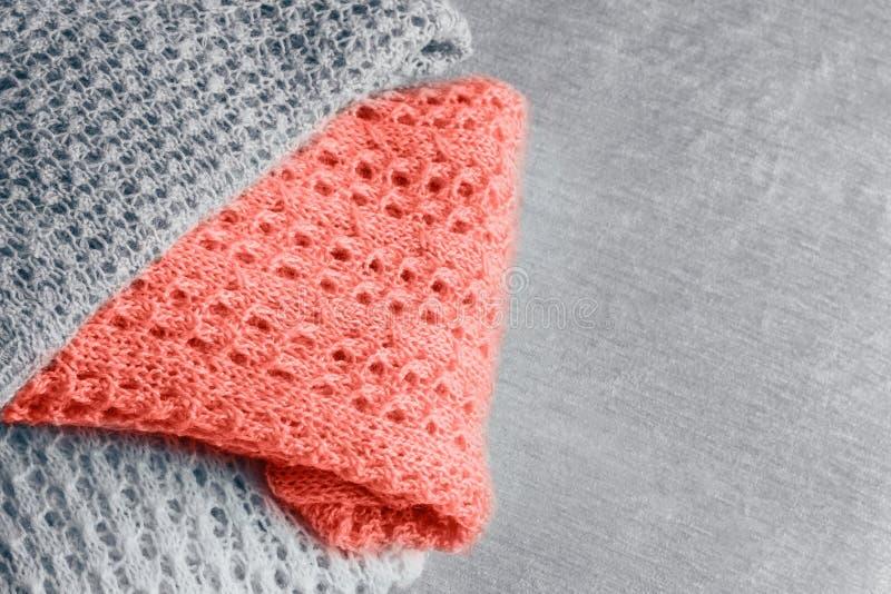 De stapel van modieuze gebreide pastelkleur kleurde sweaters en in kleur van het jaar 2019 De ruimte van het exemplaar royalty-vrije stock afbeelding