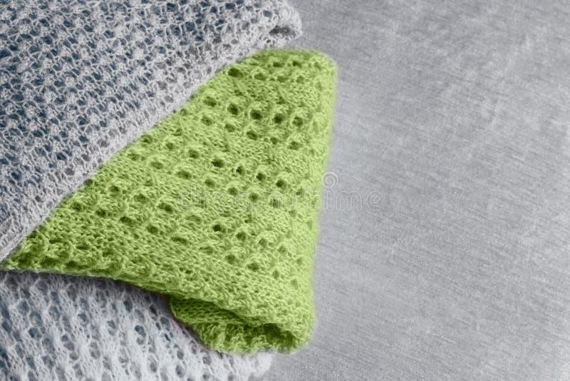 De stapel van modieuze gebreide pastelkleur kleurde sweaters en in in kleur van de lente van en de zomer van 2019 De ruimte van h royalty-vrije stock foto's