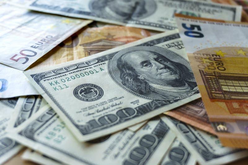 De stapel van oude dollar honderd factureert rekeningen, sluit omhoog dollars stock afbeelding