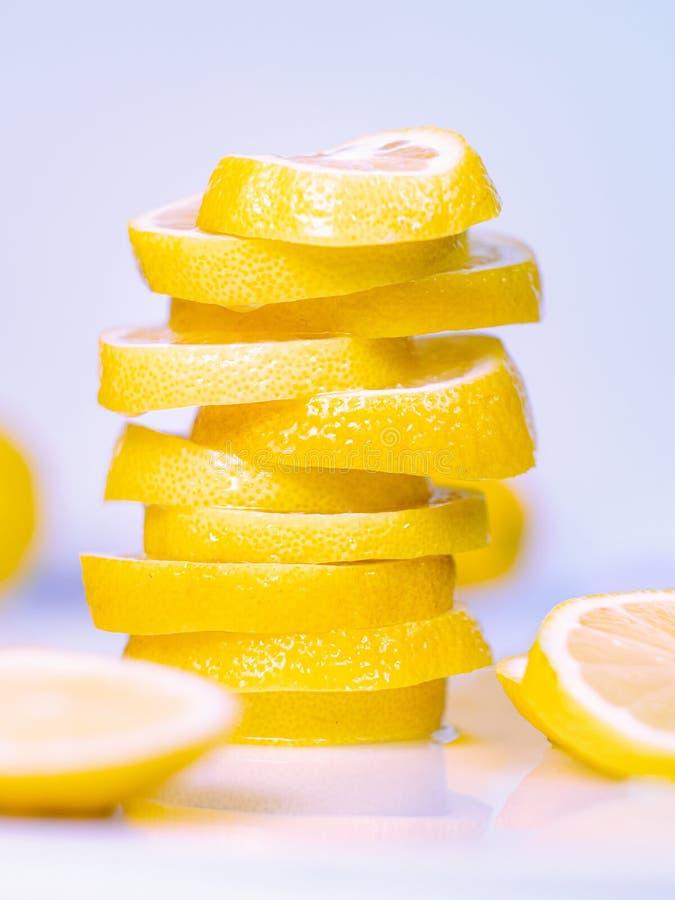 De stapel van sappige citroenplakken op lichte achtergrond, sluit omhoog mening De reeks van cutted plakken op licht bureau Vruch royalty-vrije stock afbeeldingen