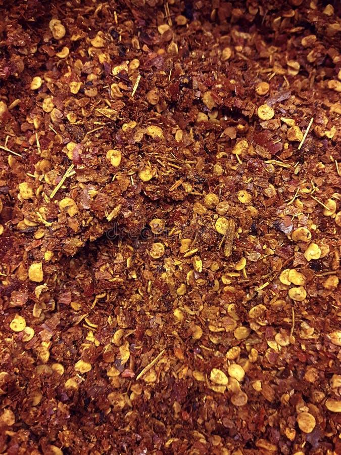 De stapel verpletterde rode cayennepeper, droge Spaanse pepervlokken en zaden stock foto