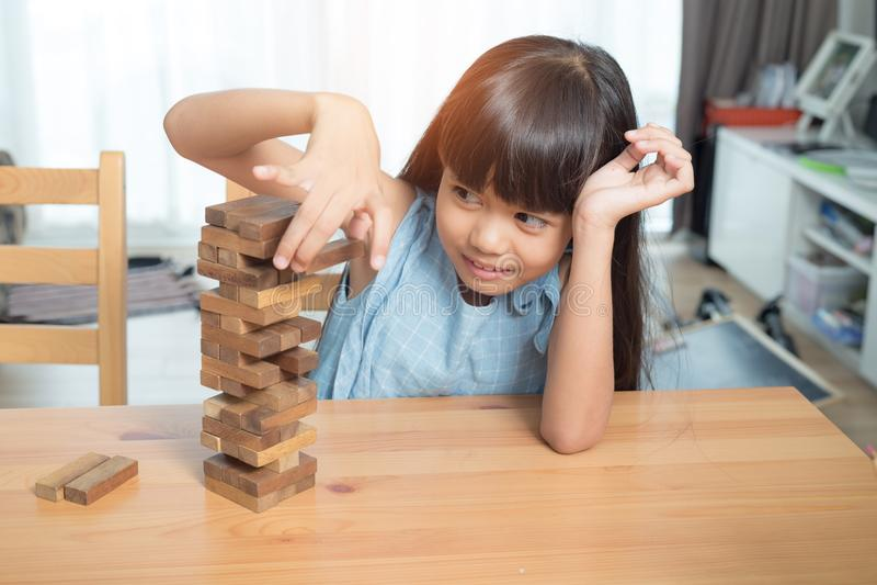 De stapelspel van meisje speelhoutsneden royalty-vrije stock fotografie