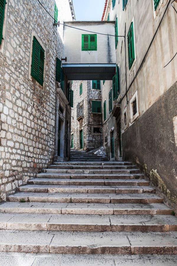 De stappen leiden de smalle straat stock foto