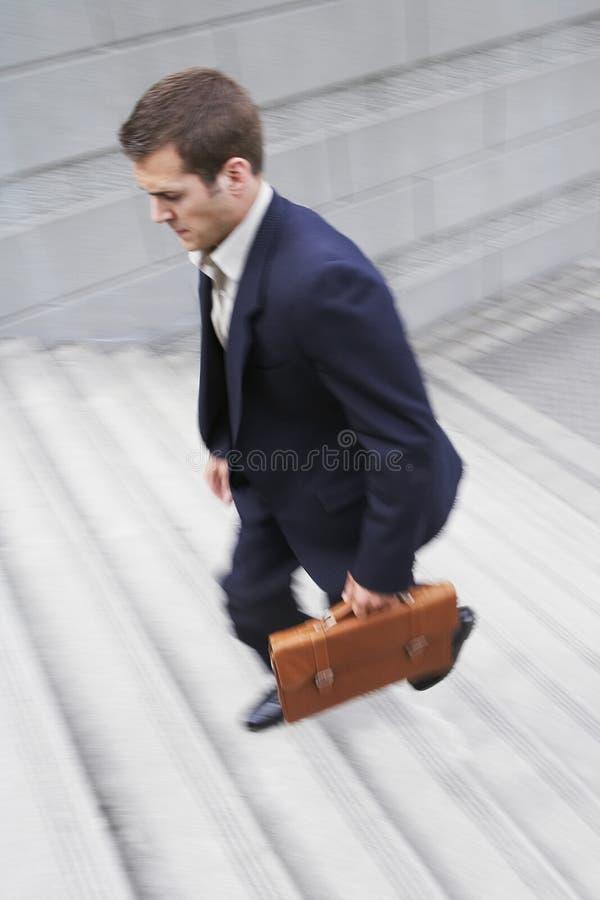 De Stappen van zakenmanwith briefcase ascending stock afbeelding
