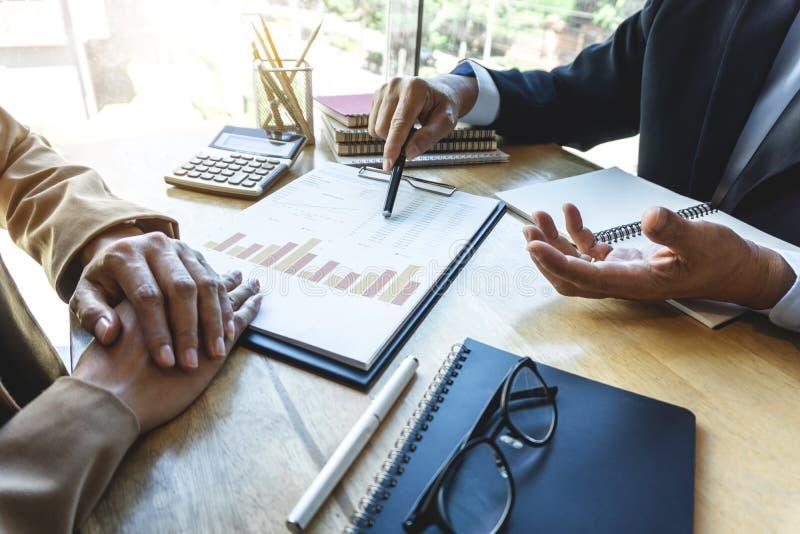 De start bedrijfsmensen groeperen brainstorming op vergadering aan de planning van investeringsproject het werken en strategie va royalty-vrije stock afbeelding