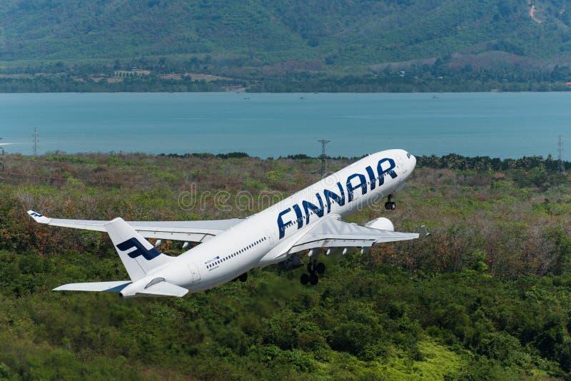 De start van Finnairluchtroutes bij Phuket-luchthaven stock afbeelding