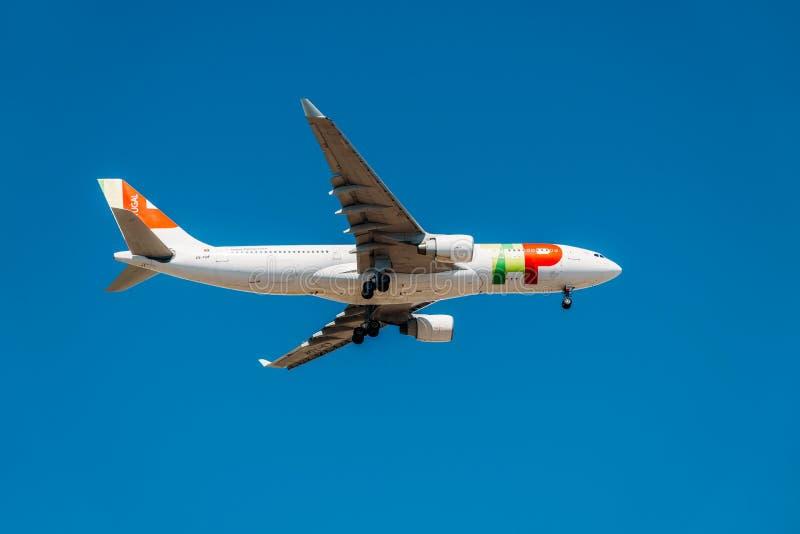 De Start van het de Passagiersvliegtuig van Portugal van de kraanlucht van Humberto Delgado Airport In Lisbon-Stad stock fotografie