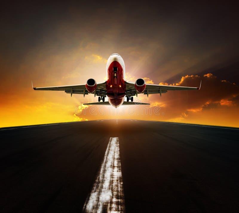 De start van het passagiersvliegtuig van luchthavenbaan agasint mooi s royalty-vrije stock fotografie