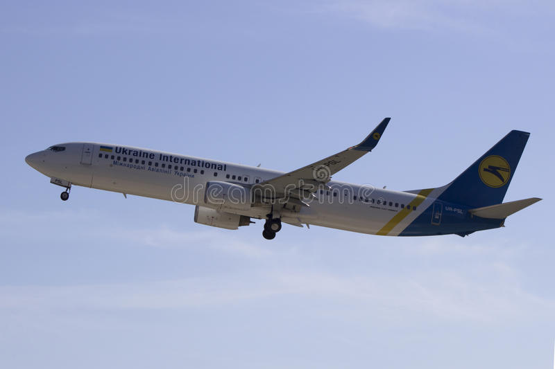De start van Ukraine International Airlines Boeing 737-94X (ER) (WL) van de Internationale Luchthaven van Kharkiv royalty-vrije stock foto