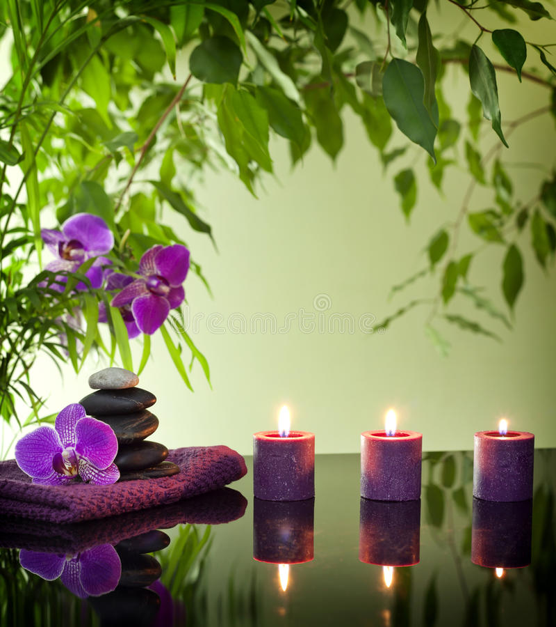De station thermale toujours durée avec les pierres et l'orchidée de zen image libre de droits