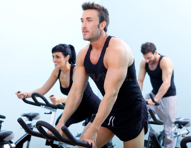 De stationaire spinnende groep van de fietsengeschiktheid
