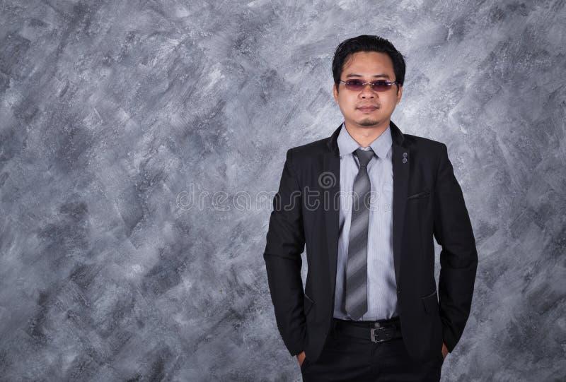 De status van de zakenman met dient zakken in stock afbeeldingen