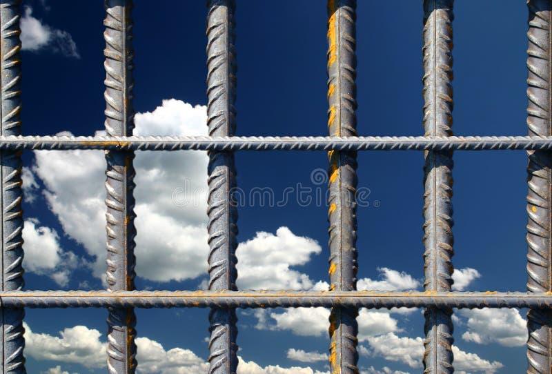 De staven van het ijzer op een blauwe hemel stock afbeeldingen