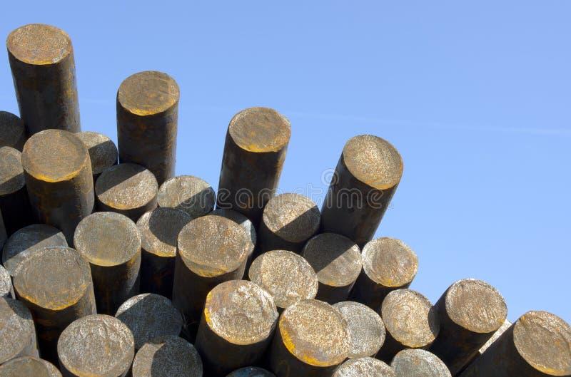 De staven van het staal op hemelachtergrond royalty-vrije stock afbeelding