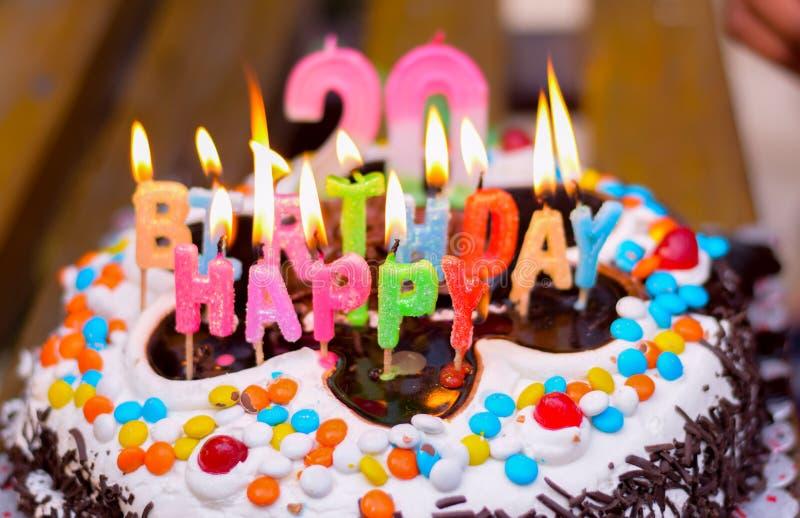 de 20ste cake van de chocoladeverjaardag met kaarsen stock afbeeldingen