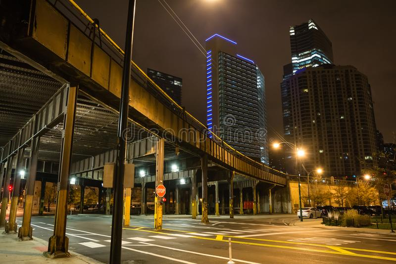 De stedelijke hoek van de stadsstraat met uitstekende treinbrug stock foto