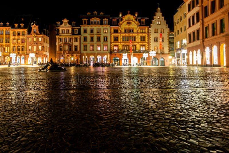 De stedelijke markt Mainz Duitsland van de nachtscène royalty-vrije stock afbeeldingen