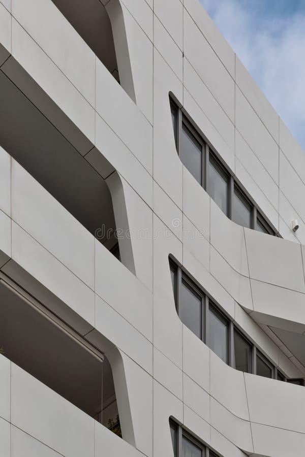 De stedelijke Meetkunde, die omhoog aan witmetaal kijken cladded de bouw wijze stock afbeeldingen