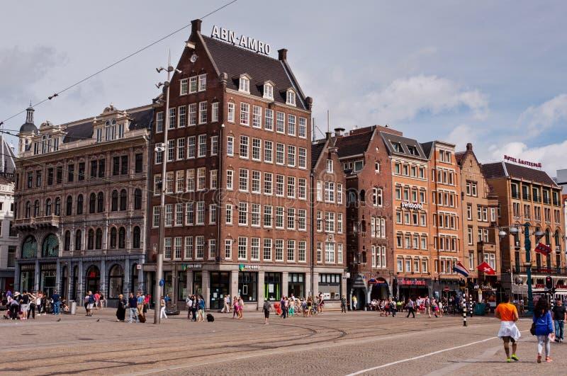 De stedelijke mening van Amsterdam met straten en typische Nederlandse huizen royalty-vrije stock foto