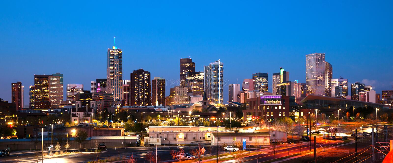 De Stedelijke Metro Stadshorizon van de binnenstad Denver Colorado Sunset Dusk royalty-vrije stock foto