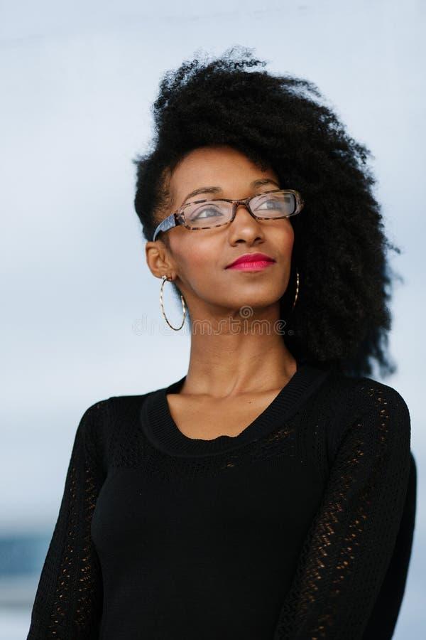 De stedelijke onderneemster van het afrokapsel buiten portret stock fotografie