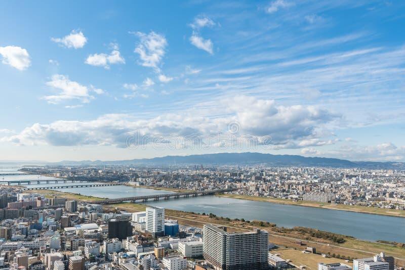De stedelijke stad van Osaka en Yodo-rivier van dakmening japan stock afbeeldingen