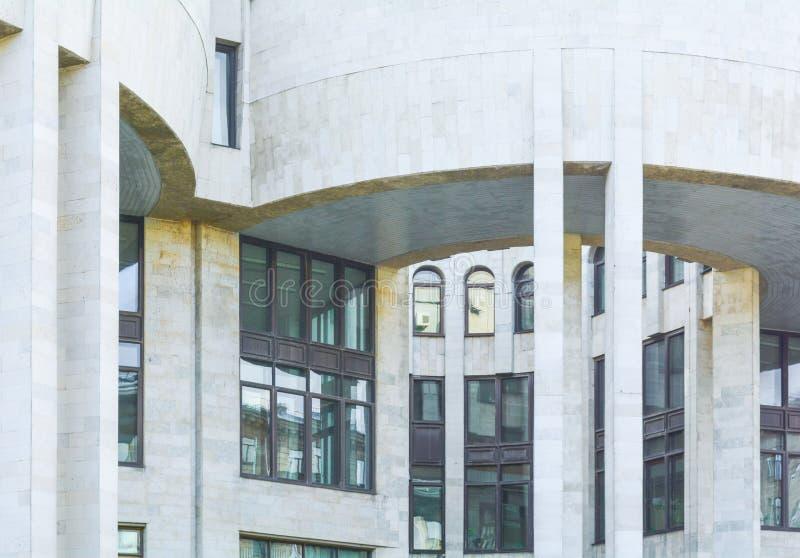 De stedelijke stads moderne bouw met halfronde richel met kolommen Oud rijtjeshuis stock afbeelding