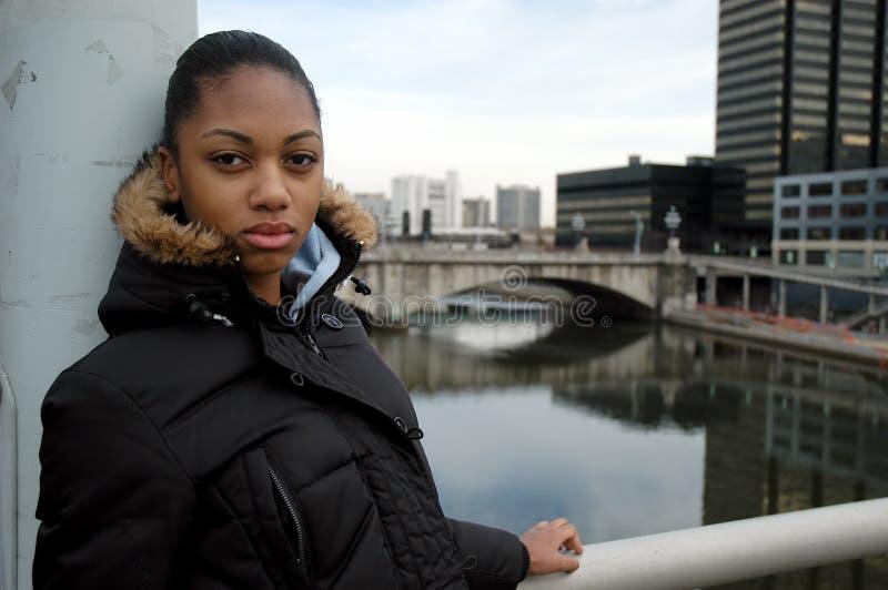De stedelijke tiener is benieuwd royalty-vrije stock fotografie