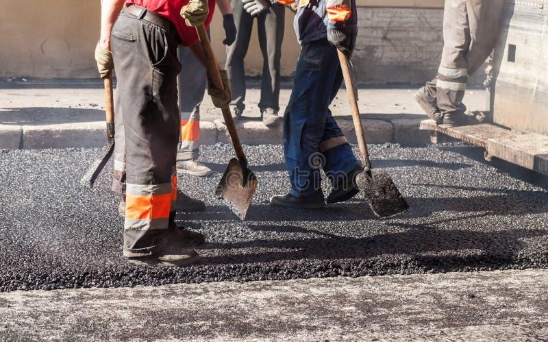 De stedelijke weg is in aanbouw, het asfalteren royalty-vrije stock afbeelding