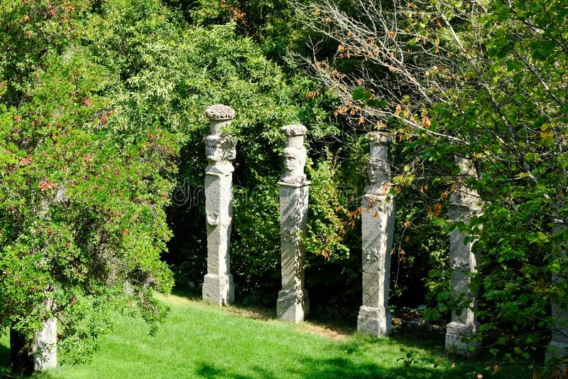 De steeg met kolommen bij beroemde Parco-dei Mostri, riep ook Sacro Bosco of Giardini Di Bomarzo Monsterspark Lazio stock foto