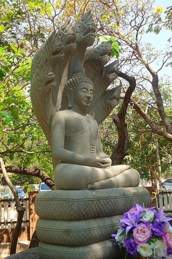 De steen Boedha bewaakte door Koning van Naga-beeldhouwwerk stock afbeelding