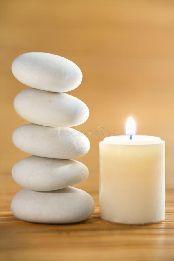 De steen en de kaars van Zen royalty-vrije stock afbeelding