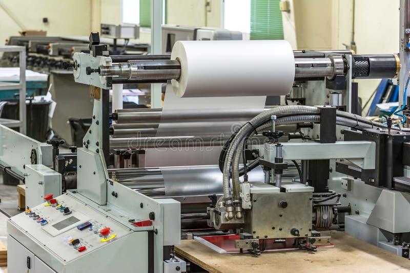 De steen of polijst plastic machine in een drukpers voor een perfecte afwerking van gedrukte documenten stock afbeeldingen