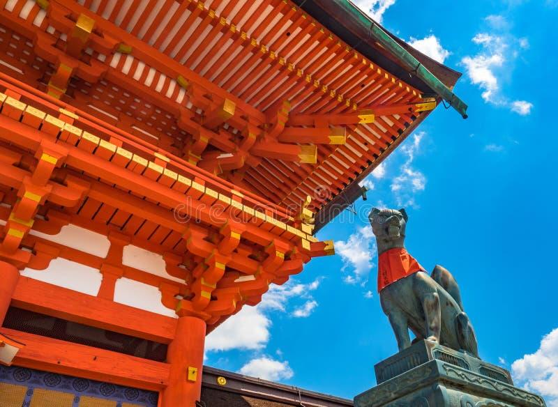 De steen van het vosstandbeeld in Fushimi Inari Kyoto, Japan stock afbeelding