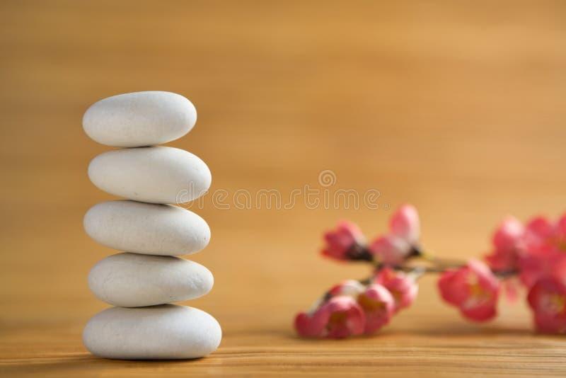 De steen van Zen met rode bloem als achtergrond royalty-vrije stock afbeelding