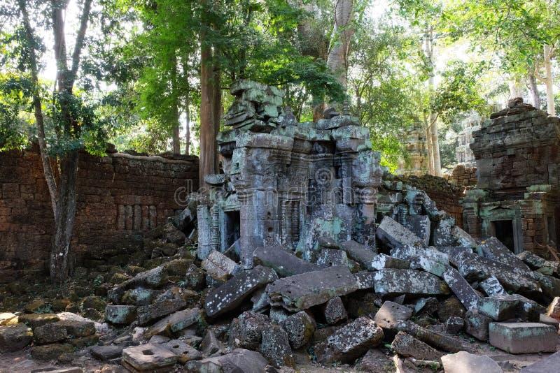 De steenblokken van het doen ineenstorten oude gebouw Verlaten Khmer gebouwen in het bos de ruïnes van oude beschavingen stock afbeelding