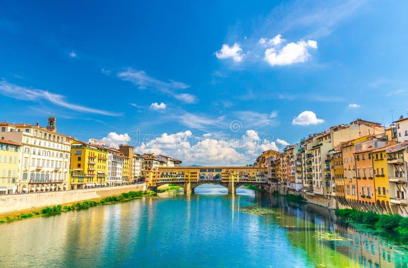 De steenbrug van Pontevecchio met kleurrijke gebouwenhuizen over het blauwe turkooise water van Arno River in Florence royalty-vrije stock foto's