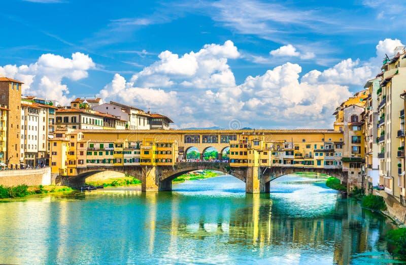 De steenbrug van Pontevecchio met kleurrijke gebouwenhuizen over het blauwe turkooise water van Arno River in Florence royalty-vrije stock afbeeldingen