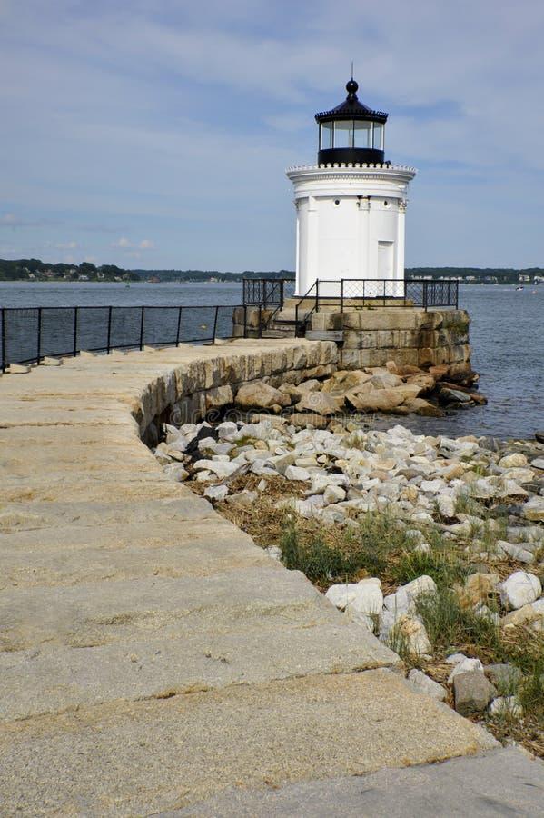 De steengang leidt tot Maine Lighthouse stock afbeelding