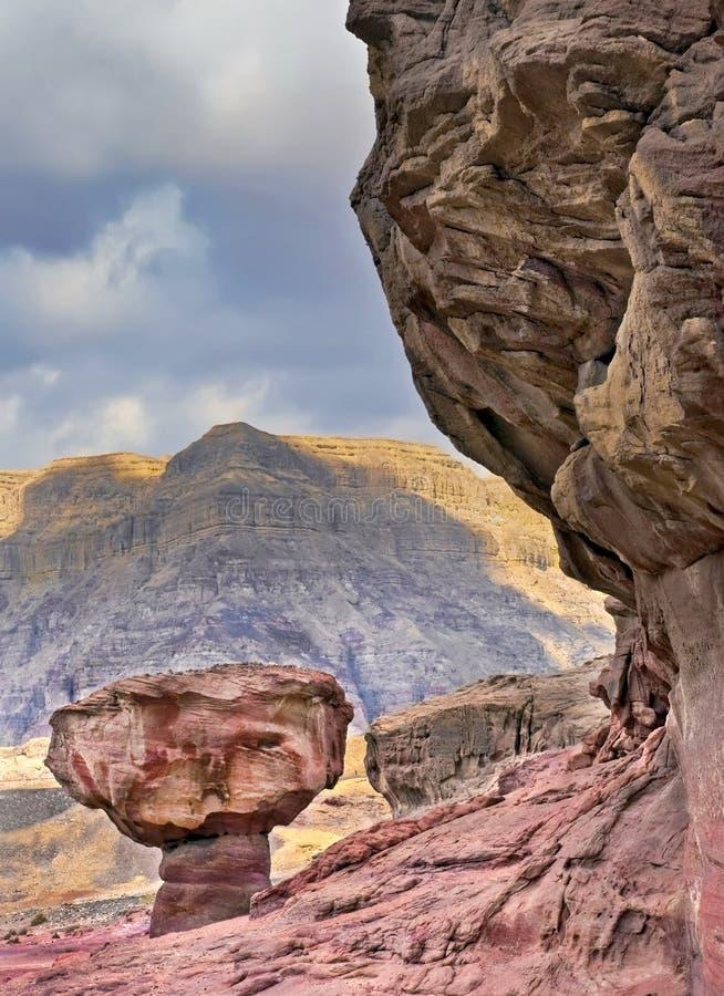 De steenpaddestoel is een unieke geologische formatie van Juraperiode in Timna-park stock afbeeldingen