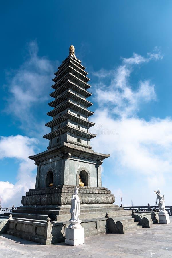 De Steenpagode in Tempel op Fansipan-berg bereikt de hoogste berg in Indochina een hoogtepunt royalty-vrije stock afbeeldingen