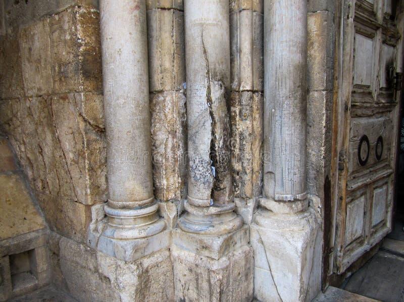 De steenpijlers door de ingang aan de Kerk van het Heilige Grafgewelf Jeruzalem, Israël royalty-vrije stock foto's